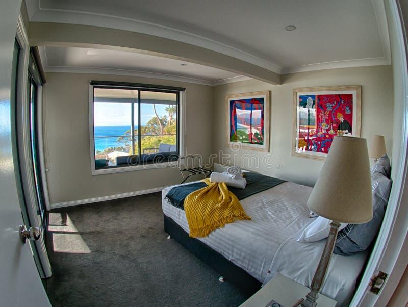 Camera da letto dell'hotel con la vista del mare fotografie stock libere da diritti