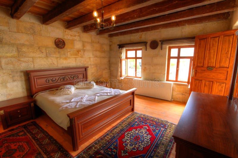 Camera da letto dell'hotel della caverna immagini stock