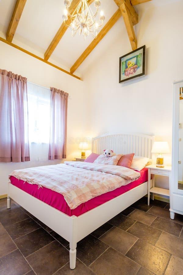 Camera da letto della ragazza con il soffitto alto fotografia stock libera da diritti