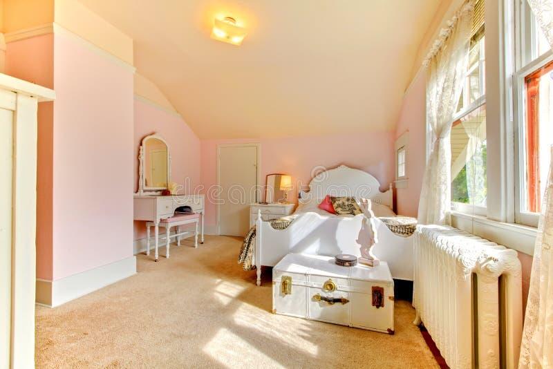 Camera da letto dentellare con la base e il nightstand bianchi fotografia stock libera da diritti