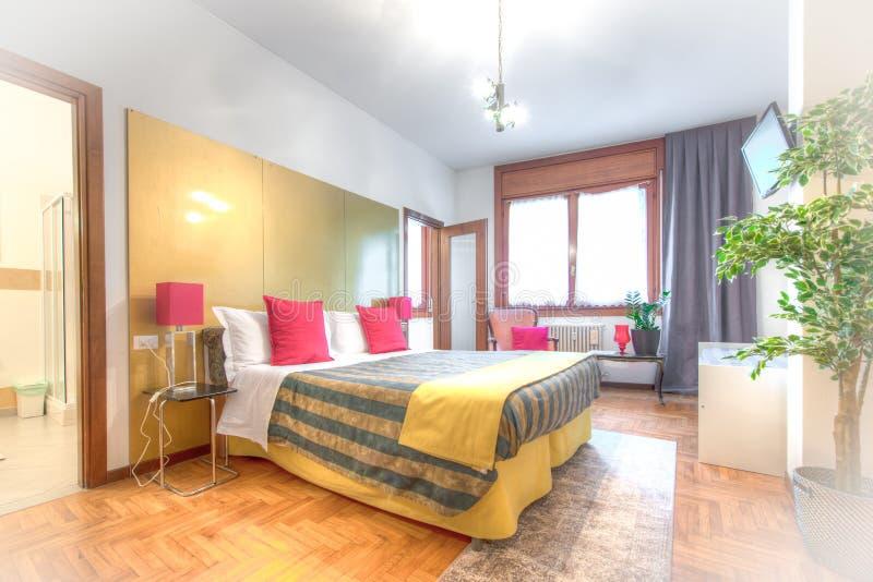 Camera da letto di bed and breakfast fotografia stock