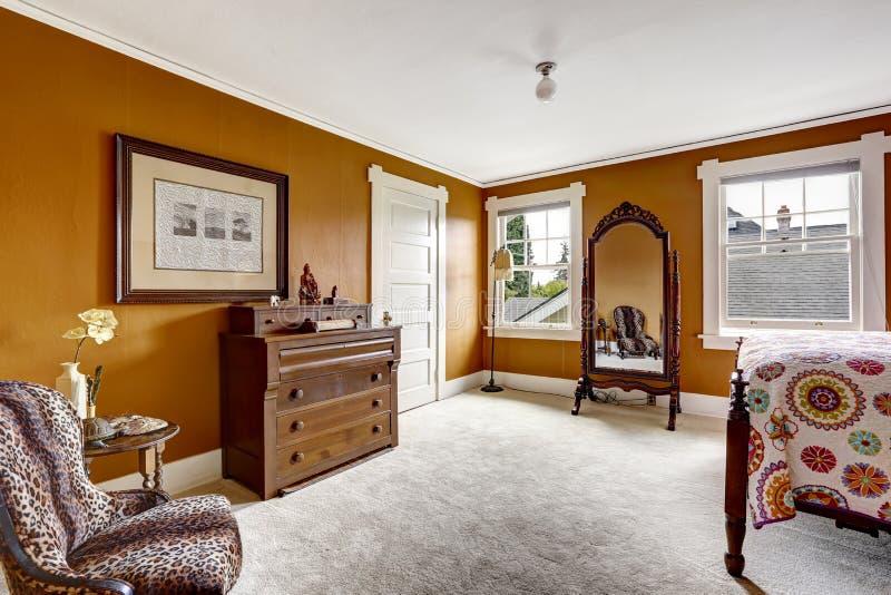 Camera da letto di brown con lo specchio ed il gabinetto antichi immagine stock immagine di - Specchio camera da letto ...