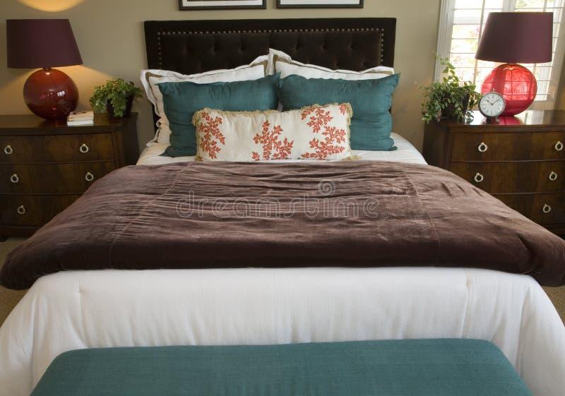 Camera da letto di lusso alla moda. immagini stock
