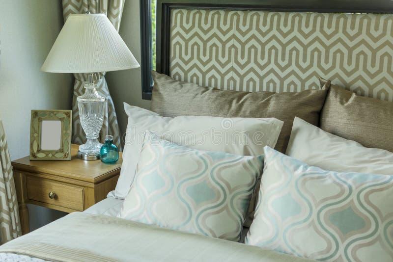 Camera da letto di lusso con i cuscini e la lampada di scrittorio immagine stock