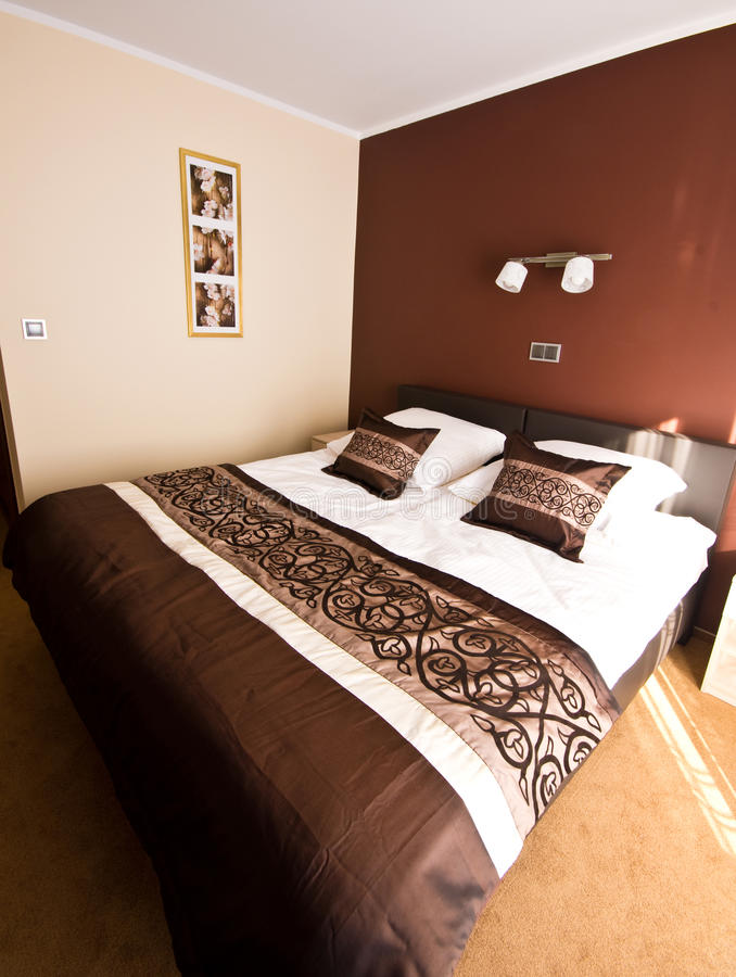 Camera da letto di tema di Brown immagine stock
