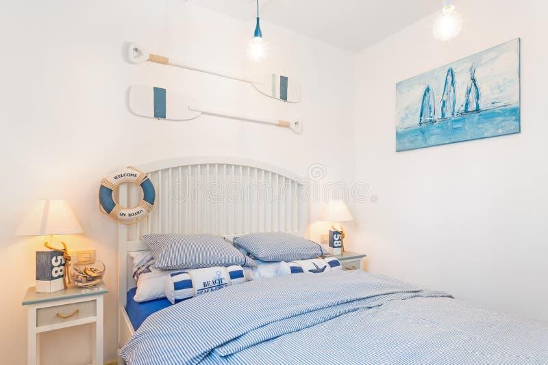 Camera da letto di tema nautica dell'hotel del ragazzo fotografie stock libere da diritti