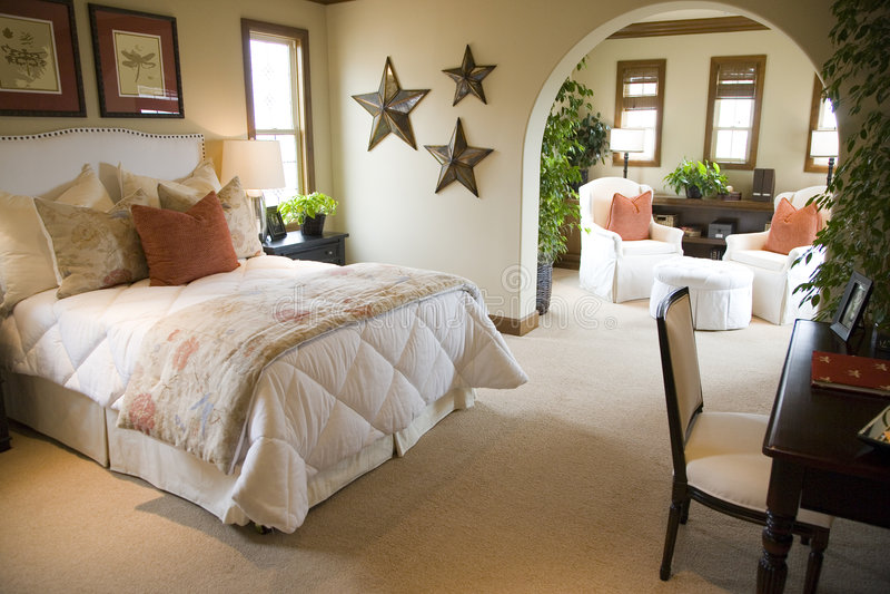 Camera da letto domestica di lusso. immagine stock
