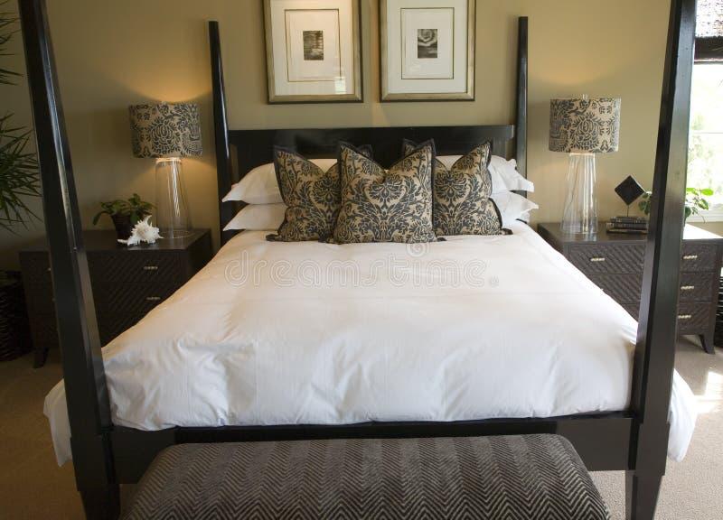 Camera da letto domestica di lusso moderna fotografie stock