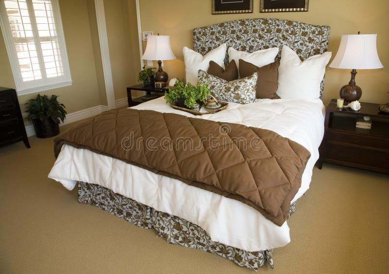 Camera da letto domestica di lusso moderna. immagine stock libera da diritti
