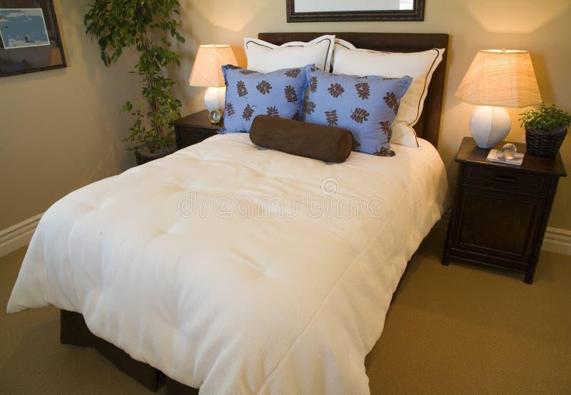 Camera da letto domestica di lusso moderna. fotografia stock libera da diritti
