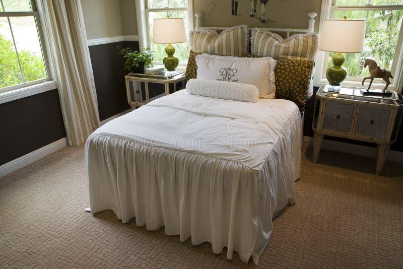 Camera da letto domestica di lusso moderna. immagini stock libere da diritti