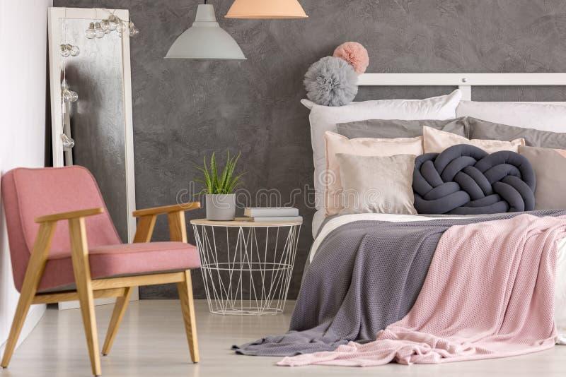 Camera da letto elegante dell'hotel di rosa pastello fotografia stock libera da diritti