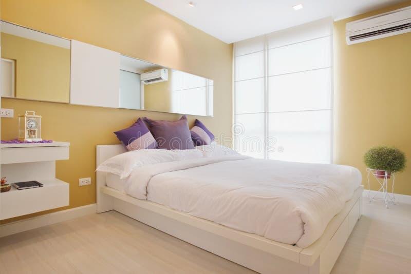 Camera da letto gialla fotografia stock libera da diritti
