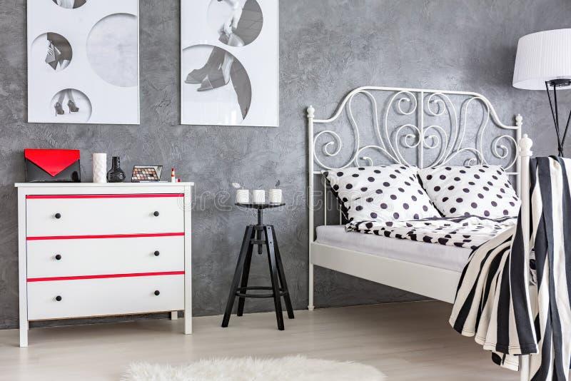 Camera da letto grigia rossa e bianca fotografia stock - Camera da letto grigia ...