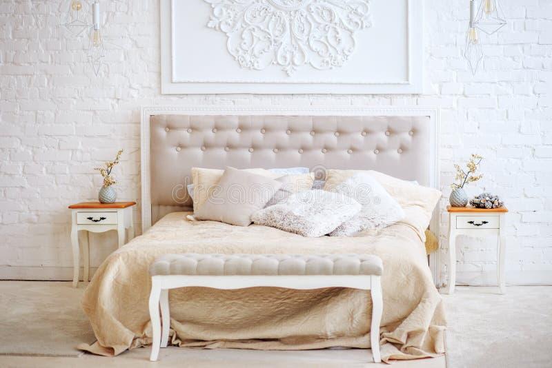 Camera da letto lussuosa con il letto ed i comodini Interno di concetto, immagini stock