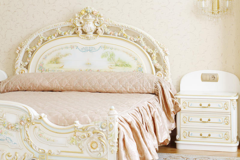 Download Camera Da Letto Lussuosa Con Letto Matrimoniale Ed Il Tavolino Da  Notte Bianchi Immagine Stock