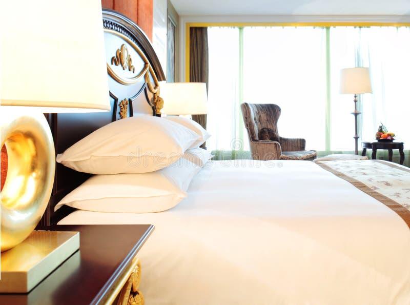 Camera da letto lussuosa dell'hotel fotografie stock libere da diritti