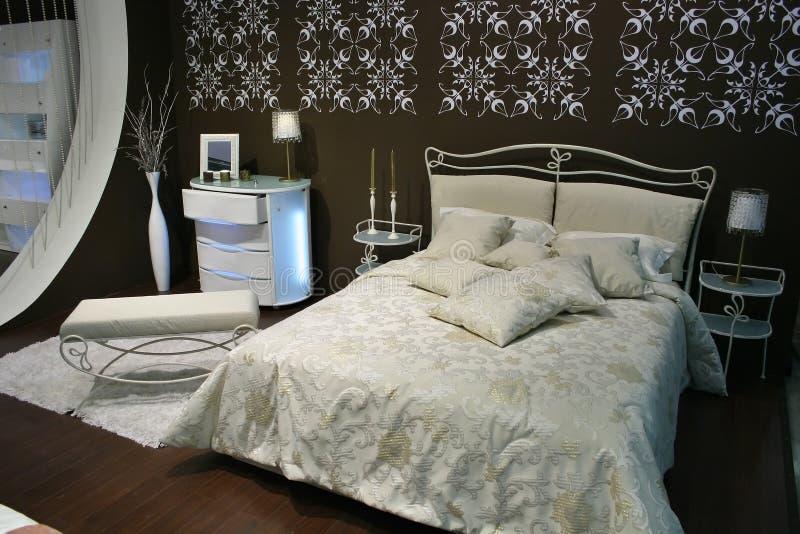 Camera da letto marrone bianca fotografie stock libere da diritti