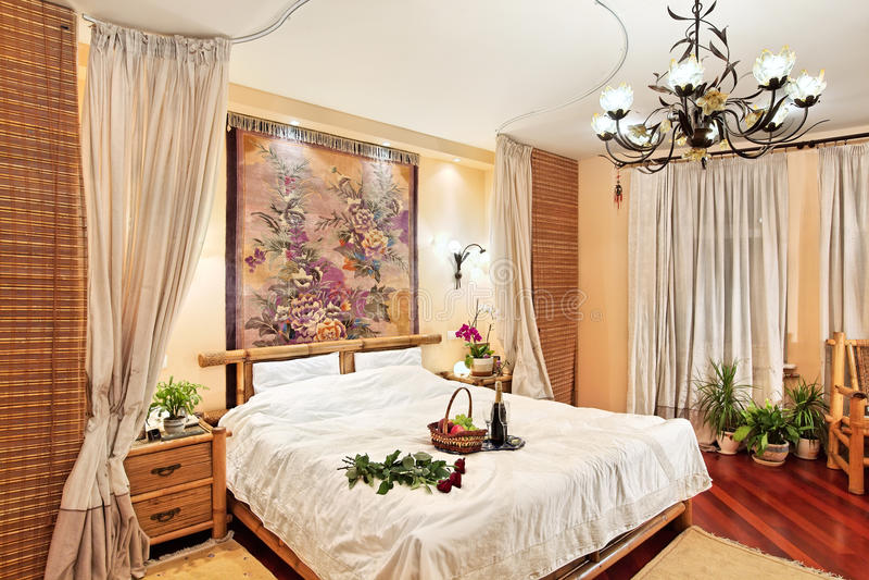 Camera da letto medioevale di stile con la base del baldacchino fotografie stock