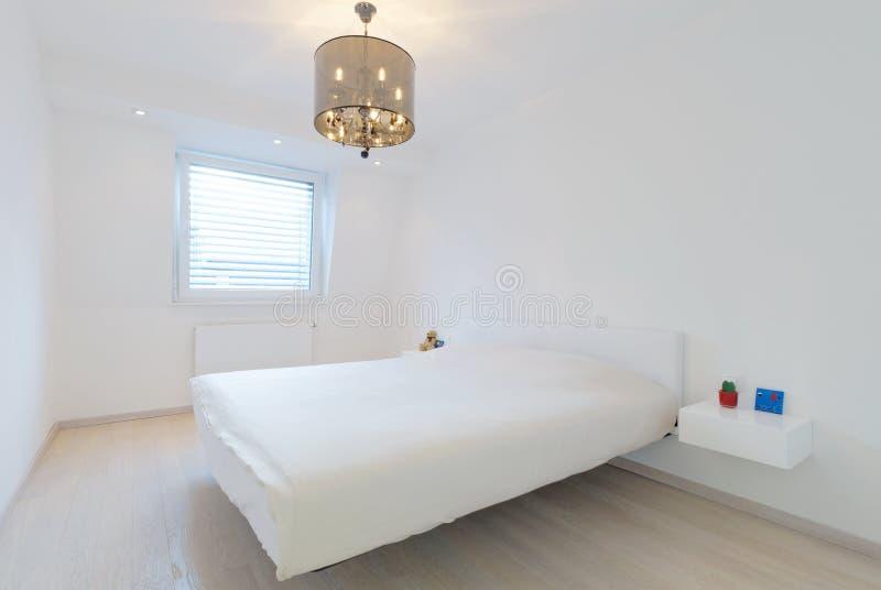 Camera da letto minima bianca moderna immagine stock