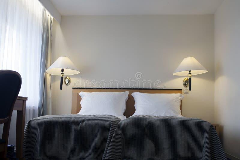 Camera da letto moderna piacevolmente decorata Interior design immagini stock libere da diritti