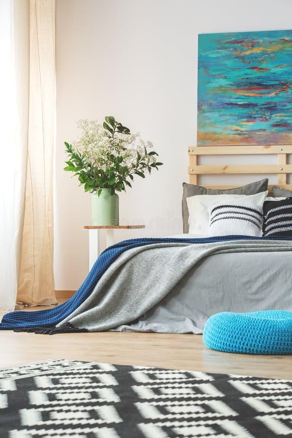 Camera da letto moderna spaziosa fotografia stock