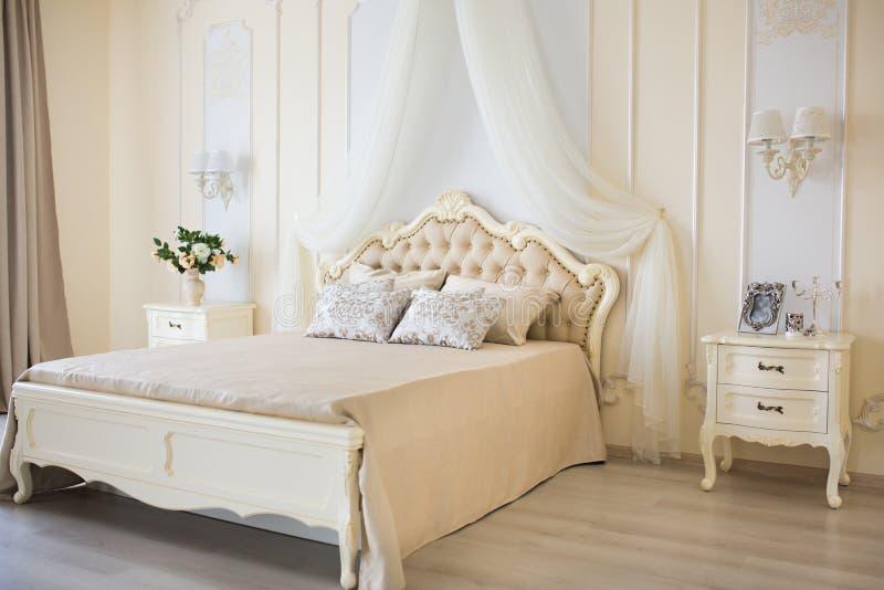 Camera da letto nei colori di luce morbida grande letto for Colori camera da letto matrimoniale