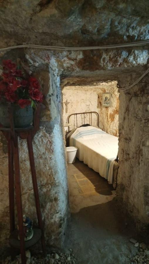 Camera da letto nel riparo di raid aereo fotografia stock libera da diritti