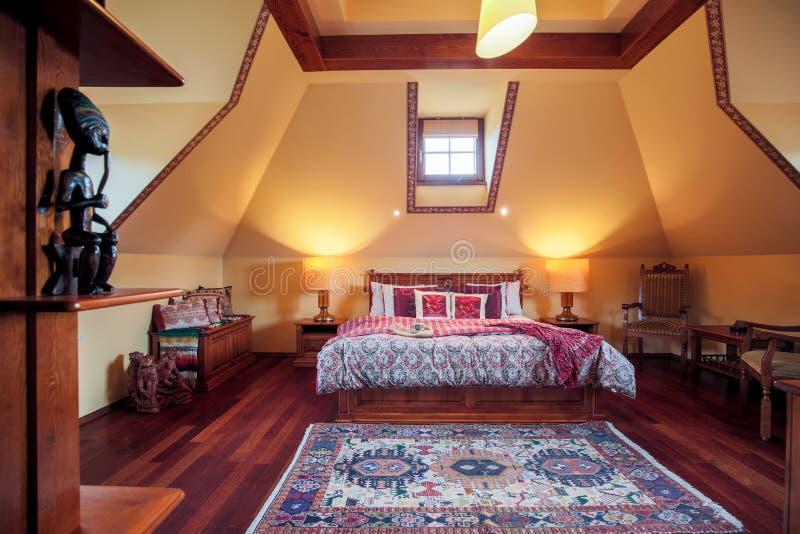Camera Da Letto Nello Stile Coloniale Immagine Stock - Immagine di ...