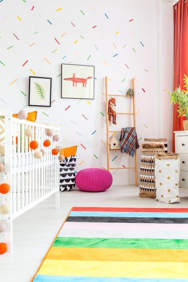 Camera da letto neonata con la culla fotografie stock