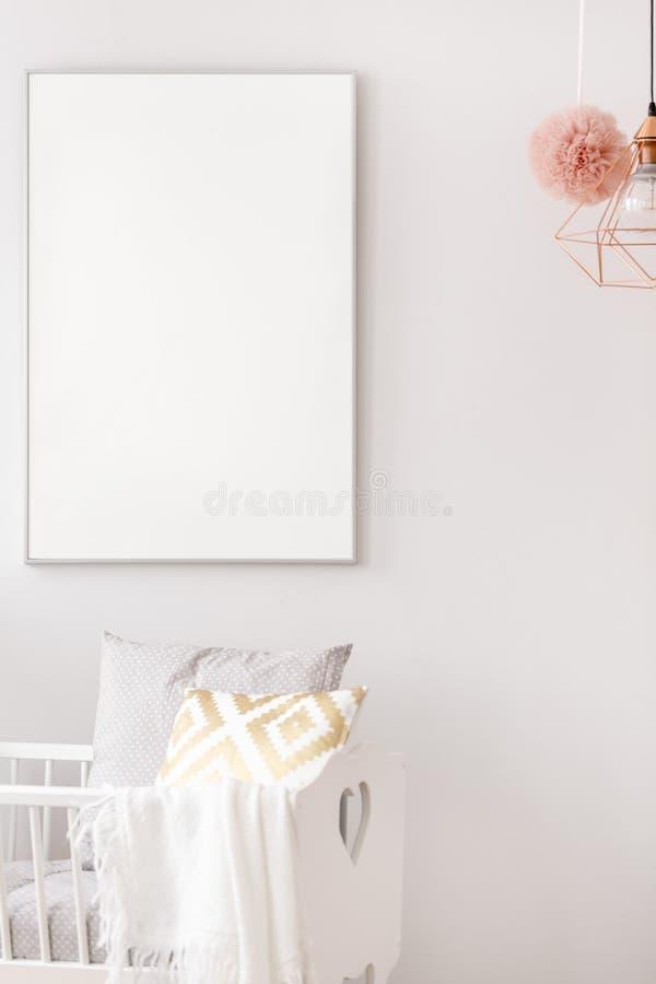 Camera da letto neonata con la culla immagine stock libera da diritti