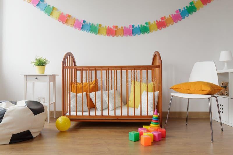 Camera da letto neonata con la greppia di legno fotografia stock libera da diritti