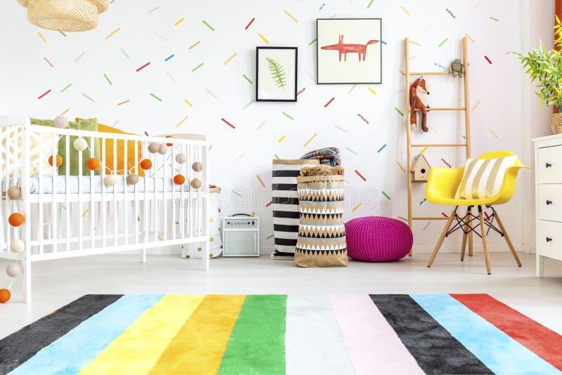 Camera da letto neonata con la sedia gialla immagine stock