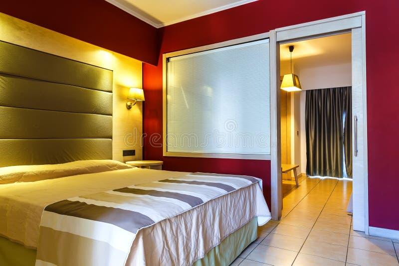 Camera da letto o camera di albergo moderna, calda, d'invito Luce ed ombre fotografie stock libere da diritti