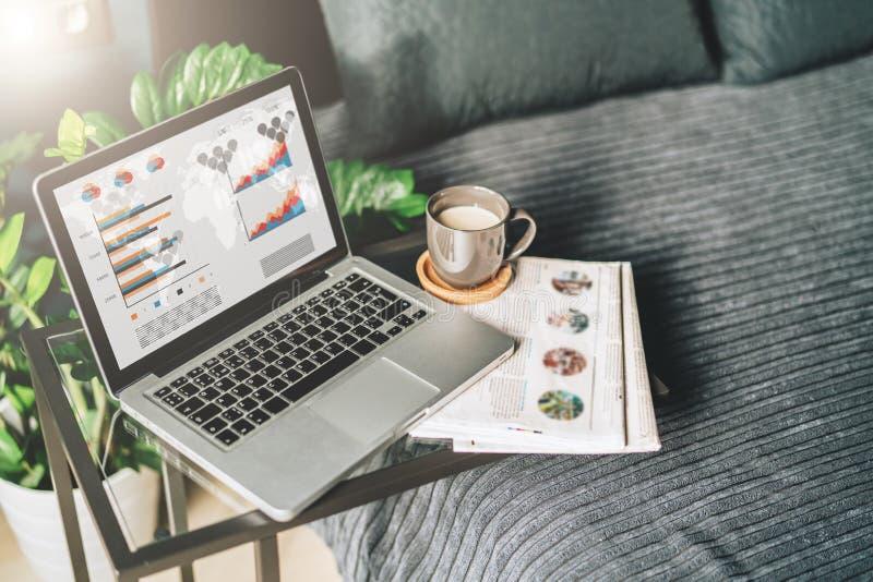 Camera da letto, posto di lavoro senza gente, primo piano del computer portatile con i grafici, grafici, diagrammi sullo schermo  fotografia stock