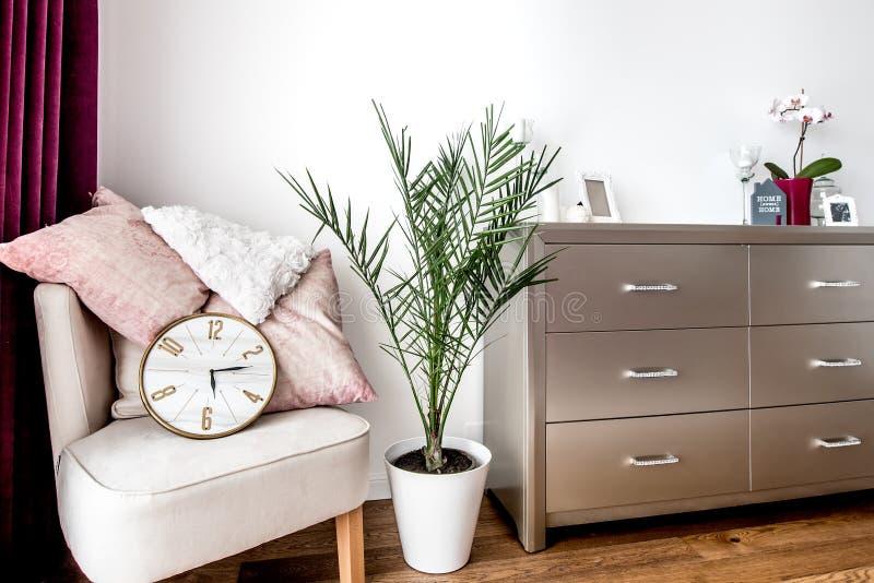 Camera da letto principale con mobilia contemporanea e progettazione immagini stock