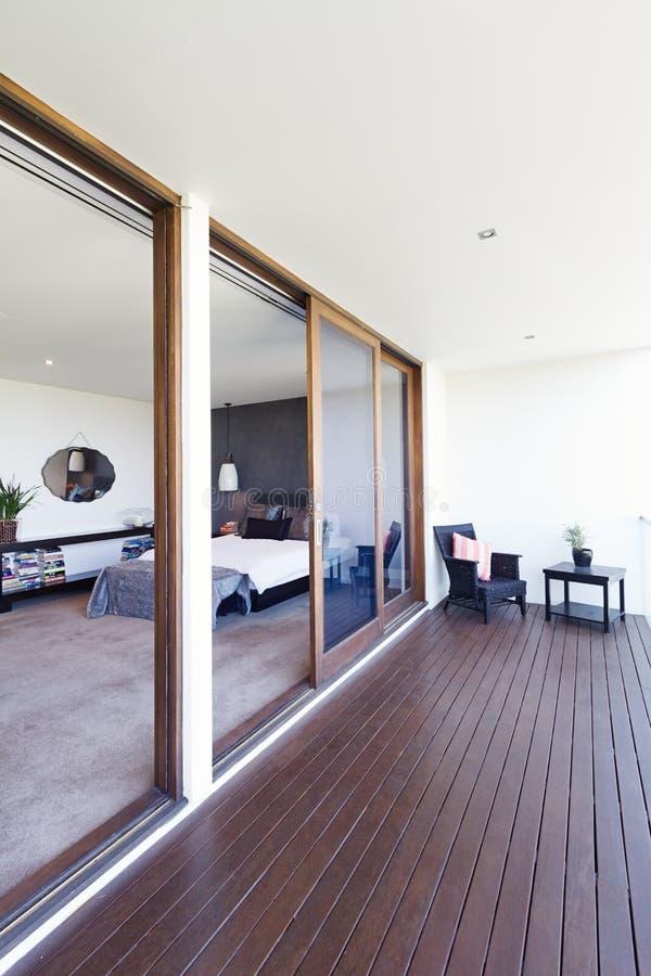 Camera da letto principale e balcone nella casa australiana di lusso fotografia stock libera da diritti