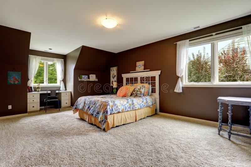 Camera da letto principale nel colore di marrone scuro con for Ufficio di presidenza camera