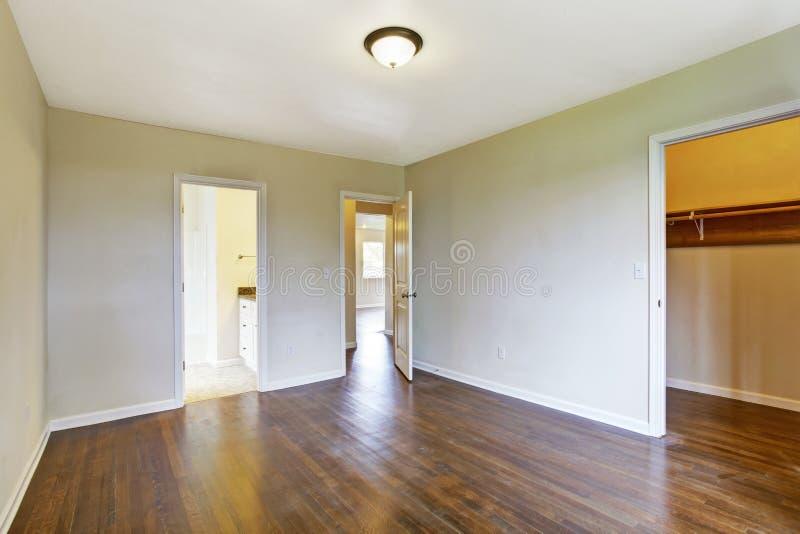 Camera da letto principale vuota con il gabinetto delle persone senza appuntamento immagine stock