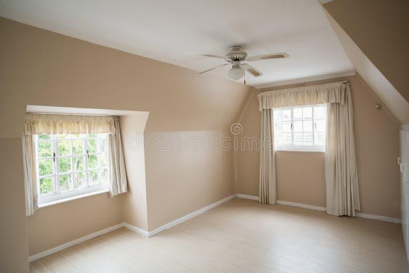 Camera da letto principale vuota in crema e nel beige immagini stock libere da diritti