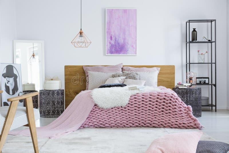 Camera da letto progettata per il modello fotografie stock libere da diritti