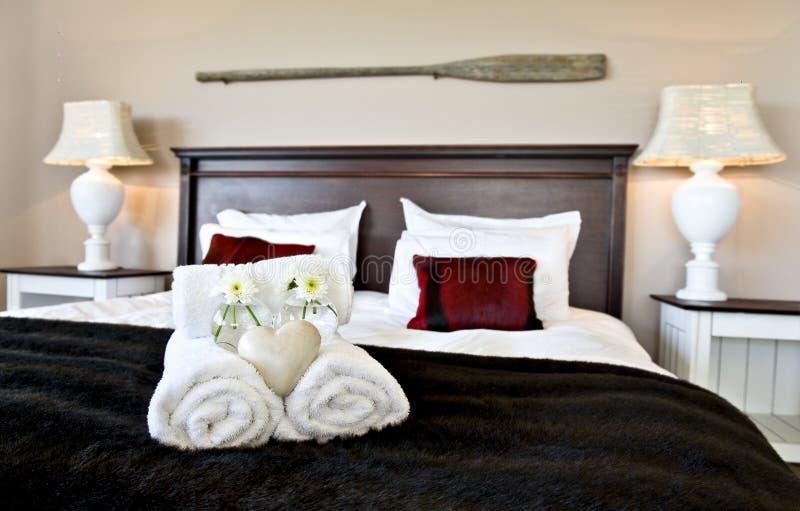 Camera da letto calda con il piumino e grande cuscino for Letto per ospiti