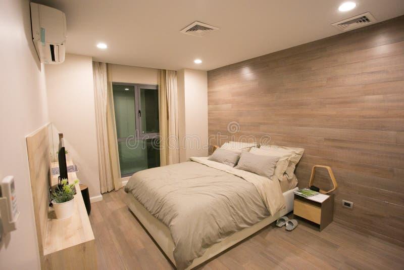 Camera da letto recentemente ammobiliata nel condominio fotografie stock libere da diritti