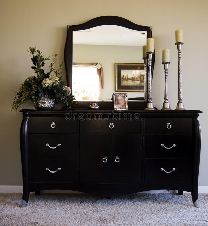 camera da letto romantica con lo specchio sull'apprettatrice fotografie stock