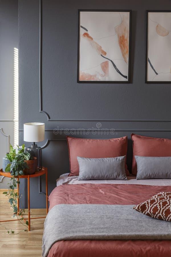 Camera da letto rosa e grigia dell'hotel immagine stock libera da diritti