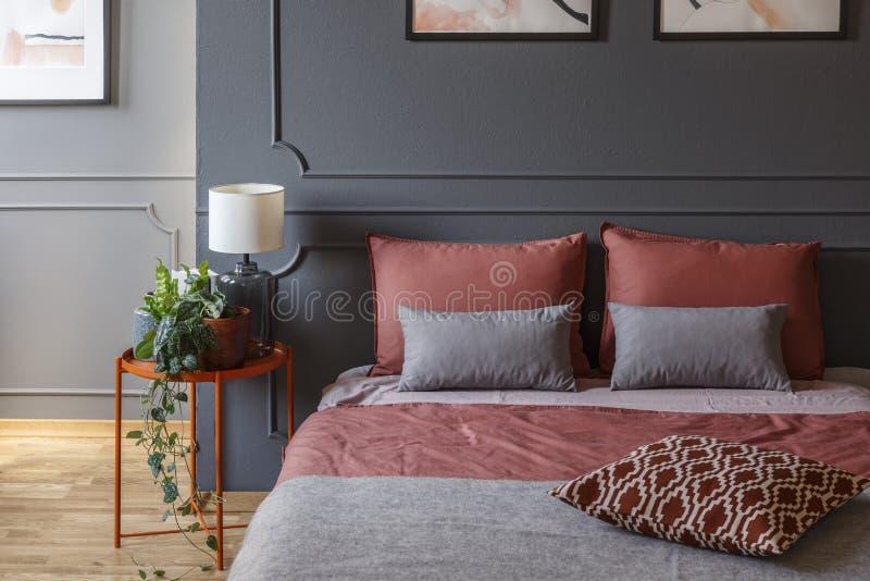 Camera da letto rosa e grigia dell'hotel fotografie stock