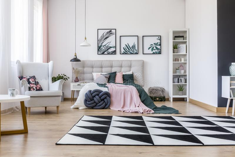 Camera da letto rosa e verde fotografia stock