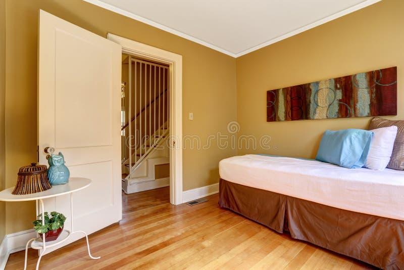 Camera da letto semplice con letto singolo nella lettiera variopinta immagine stock immagine - Camera letto singolo ...