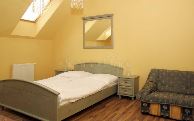 Camera da letto semplicemente decorata moderna immagine stock