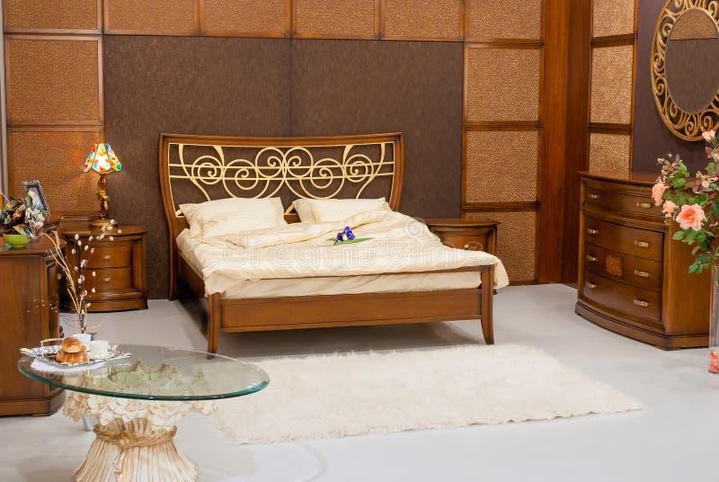 Camera da letto senza gente con bella mobilia fotografie stock libere da diritti